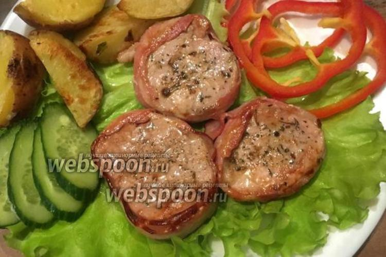 Фото Медальоны из свиной вырезки в беконе с клюквенным соусом