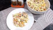 Фото рецепта Салат с копчёным окорочком и кукурузой с пекинской капустой