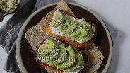 Фото рецепта Бутерброд из мягкого сыра с авокадо