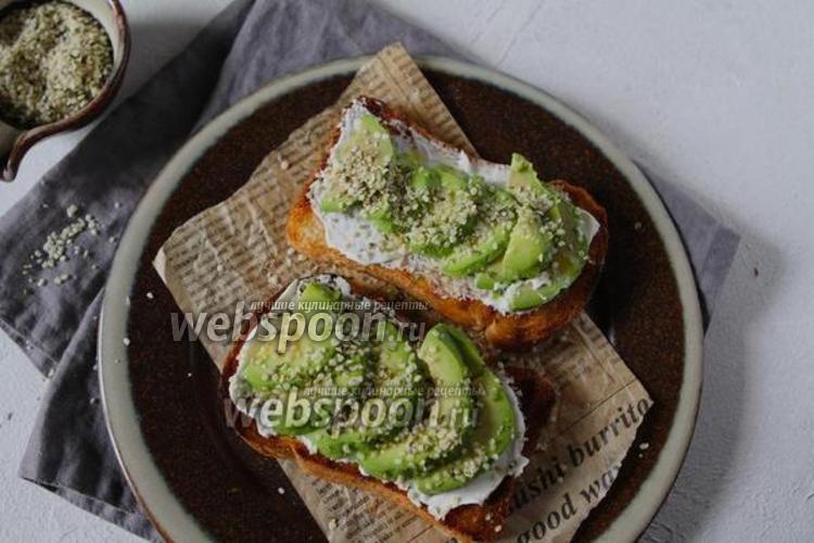 Фото Бутерброд из мягкого сыра с авокадо