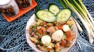 Фото рецепта Салат с горошком, копчёным окорочком и зелёным луком