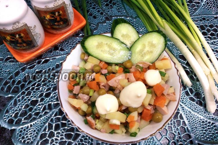 Фото Салат с горошком, копчёным окорочком и зелёным луком