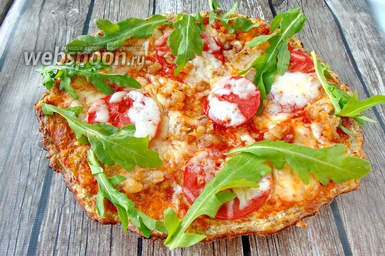 Фото Пицца без пшеничной муки из кабачков с моцареллой