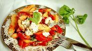 Фото рецепта Салат из помидоров, персиков, базилика и мягкого сыра