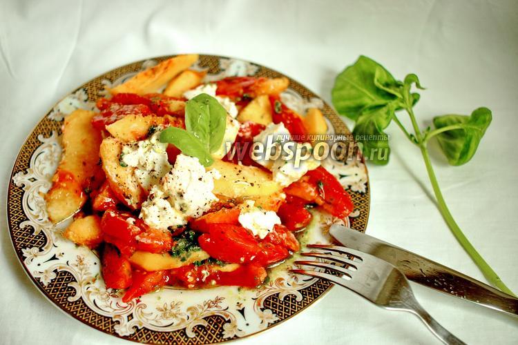 Фото Салат из помидоров, персиков, базилика и мягкого сыра
