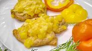 Фото рецепта Куриные отбивные под ананасово-сырной шубой