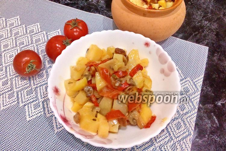 Фото Картофель с грибами и изюмом в горшочке