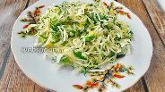 Фото рецепта Салат из квашеной капусты с сельдереем и тыквенными семечками