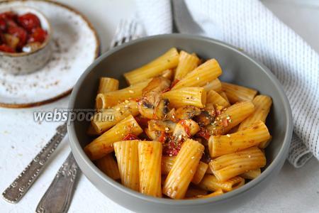 Фото рецепта Паста с шампиньонами и вялеными томатами