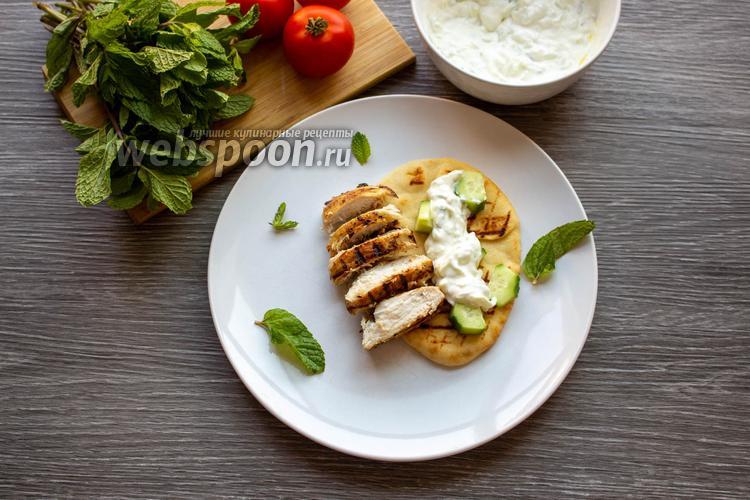 Фото Куриное филе с соусом дзадзики