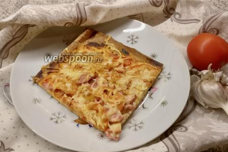 Фото рецепта Пицца на слоёном тесте с сосисками