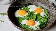 Фото рецепта Глазунья со шпинатом и перцем чили
