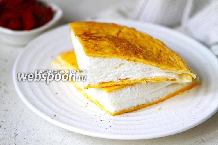 Фото Пышный омлет Пуляр с сыром на сковороде