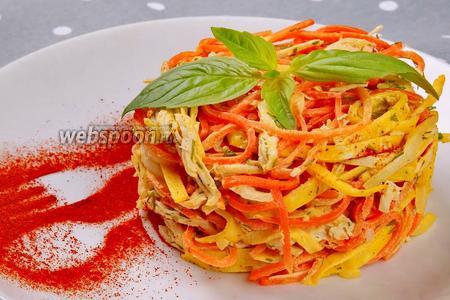 Новогодний салат с курицей, яичными блинчиками и корейской морковью. Видео видео рецепт