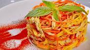 Фото рецепта Новогодний салат с курицей, яичными блинчиками и корейской морковью. Видео
