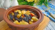 Фото рецепта Говядина с черносливом и картошкой в горшочке