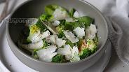 Фото рецепта Салат из шпината с брокколи и пармезаном