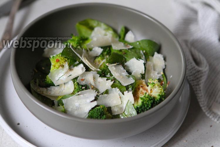 Фото Салат из шпината с брокколи и пармезаном