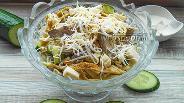 Фото рецепта Салат с печенью, яичными блинчиками и огурцом