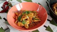 Фото рецепта Капуста с курицей, жаренная на сливочном масле