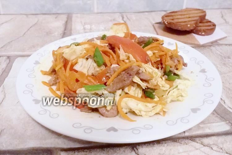 Фото Салат с куриной печенью, печёным перцем и помидором