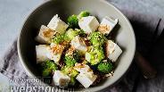 Фото рецепта Салат из брокколи с рассольным сыром