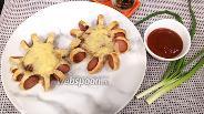 Фото рецепта Сосиски в тесте с соусом, зелёным луком и сыром
