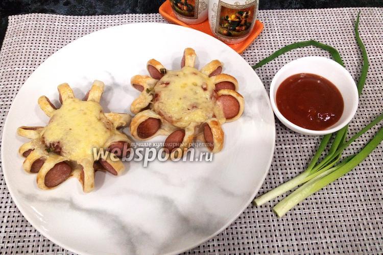 Фото Сосиски в тесте с соусом, зелёным луком и сыром