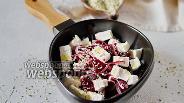 Фото рецепта Свекольный салат с луком и рассольным сыром