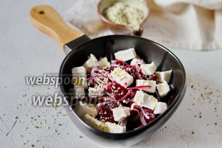 Фото Свекольный салат с луком и рассольным сыром