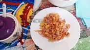 Фото рецепта Салат с копчёной колбасой и корейской морковью с кукурузой