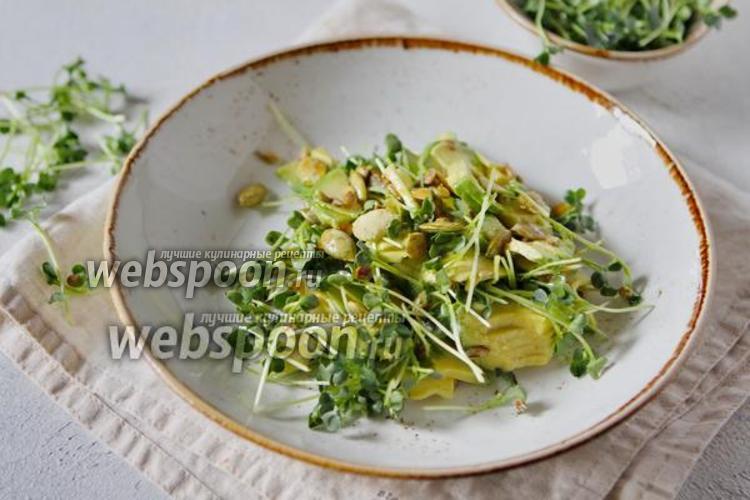 Фото Салат из микрозелени дайкона с семечками и авокадо