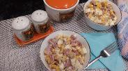 Фото рецепта Салат с копчёной колбасой, кукурузой и фасолью