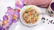 Фото рецепта Салат с пекинской капустой и копчёной колбасой с помидором