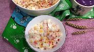 Фото рецепта Салат с крабовыми палочками, рисом и яйцом