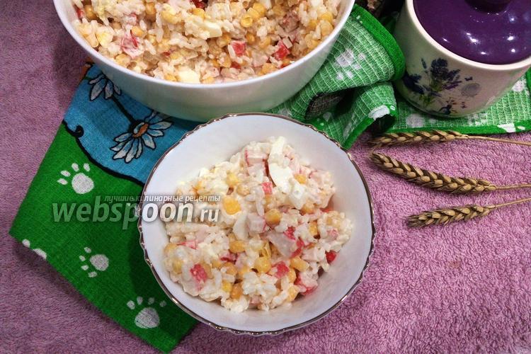 Фото Салат с крабовыми палочками, рисом и яйцом
