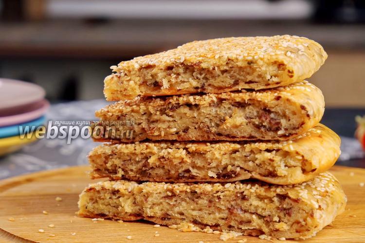 Фото Лепёшка с фаршем и кунжутом на сковороде. Видео-рецепт
