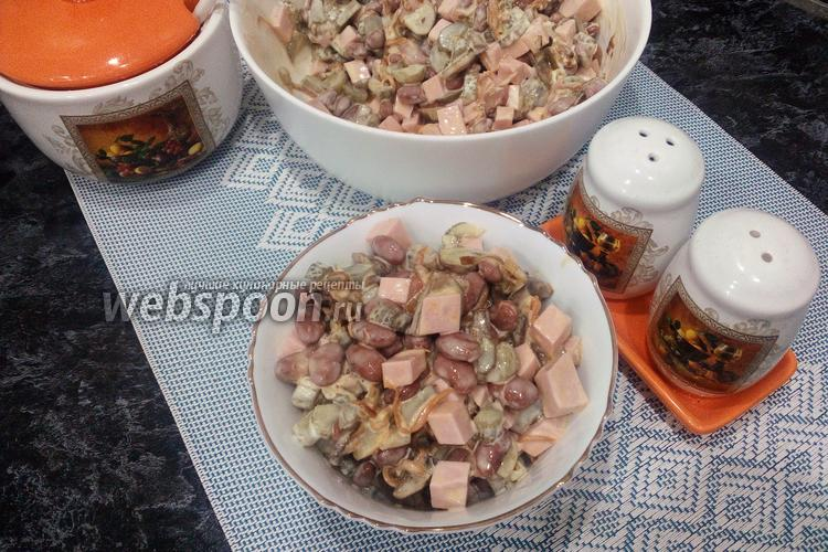 Фото Салат с шампиньонами и колбасой с корнишонами