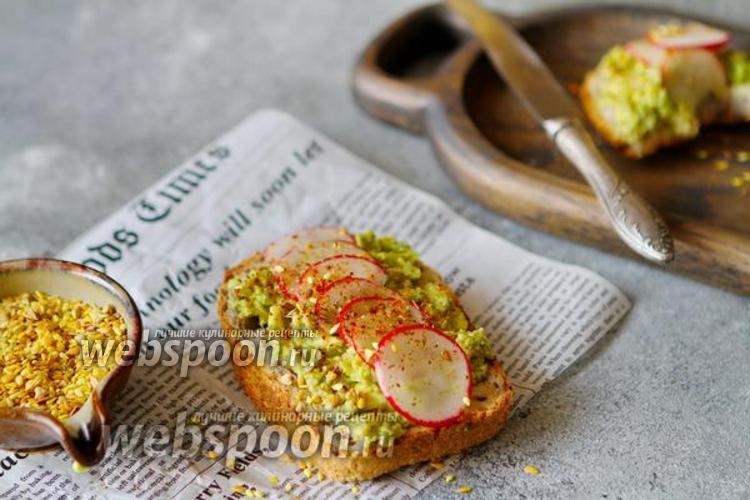 Фото Тосты с авокадо и редисом