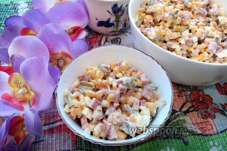 Фото рецепта Салат с кукурузой, огурцом, яйцом и колбасой