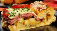 Фото рецепта Слоёный пирог с колбасой, картофелем и сыром моцарелла. Видео-рецепт