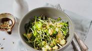Фото рецепта Постный салат из цветной капусты с микрозеленью