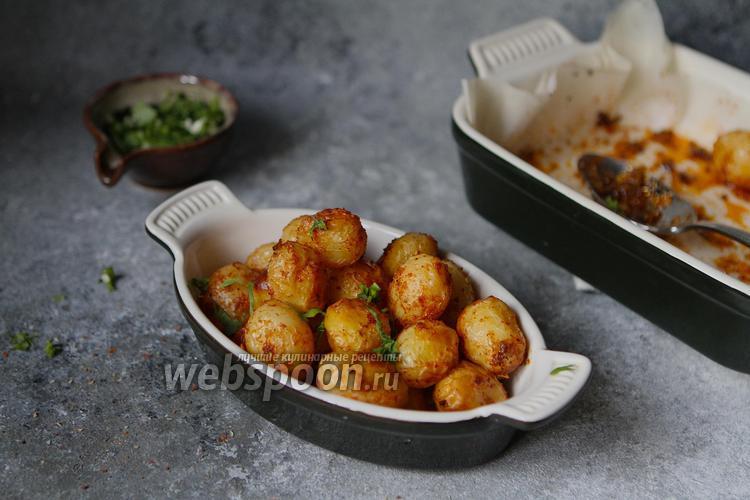 Фото Молодой картофель с паприкой и чесноком в духовке