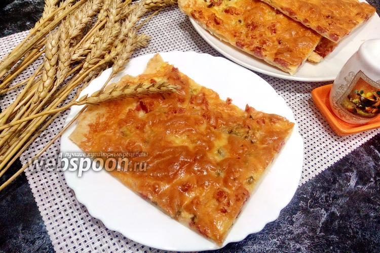 Фото Пицца из слоёного теста с колбасой и сыром