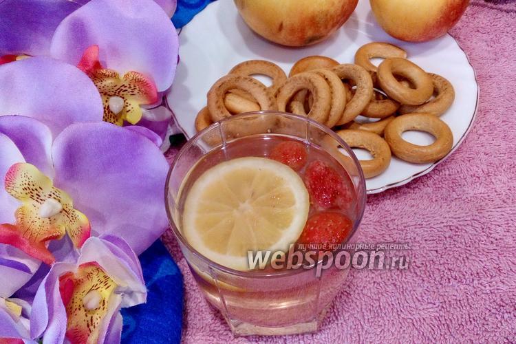 Фото Компот из замороженной клубники и яблок