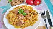 Фото рецепта Тушёная капуста с перловкой и фрикадельками