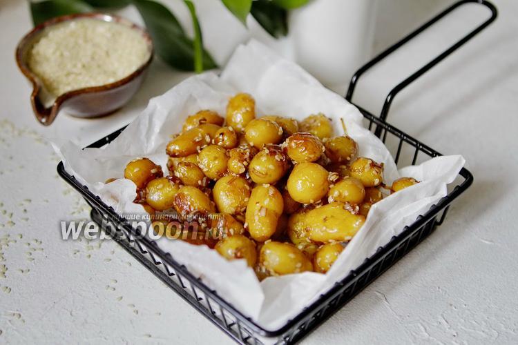 Фото Молодая картошка в глазури из соевого соуса, мёда и чеснока