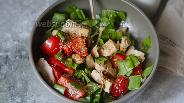Фото рецепта Салат из куриной грудки с помидорами