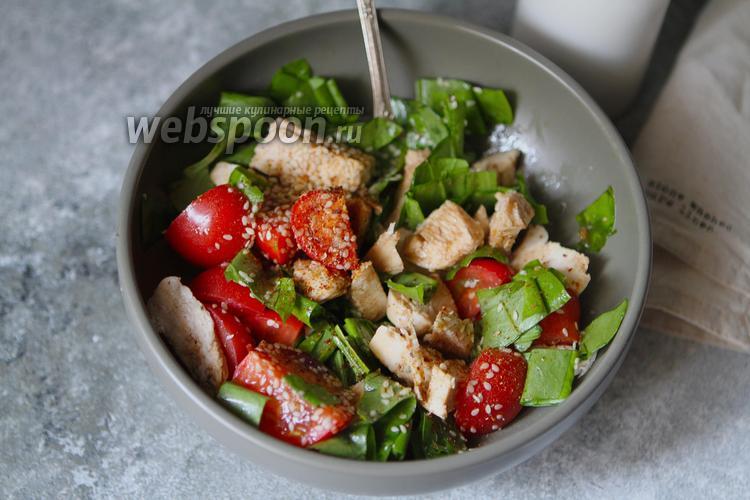 Фото Салат из куриной грудки с помидорами