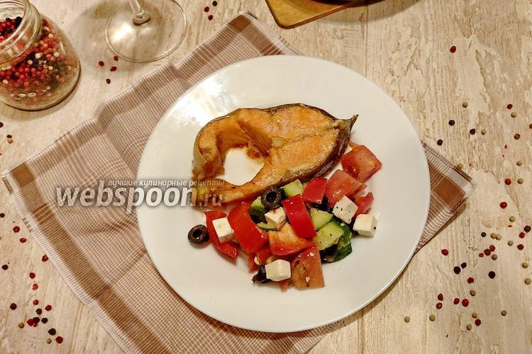 Фото Запечённая форель с салатом в греческом стиле